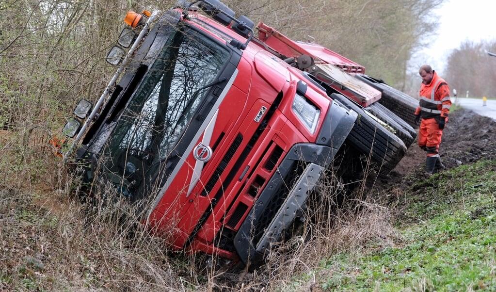 Chaufføren mistede herredømmet over det tunge køretøj, efter lastbilen af ukendte årsager var kommet ud i rabatten.   (Sebastian Iwersen                                                                                                                                                                                                                                              )