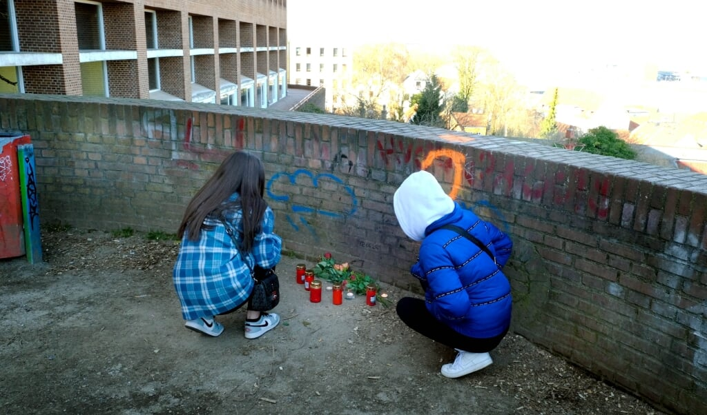 Jonas' venner og familie har sat lys og blomster op på udsigtsplatformen ved Duborg-Skolen i Flensborg. Her blev den 16-årige stukket med en kniv, hvilket han døde af.  ( Karsten Sörensen                                                                                                                                                                                                                                                               )