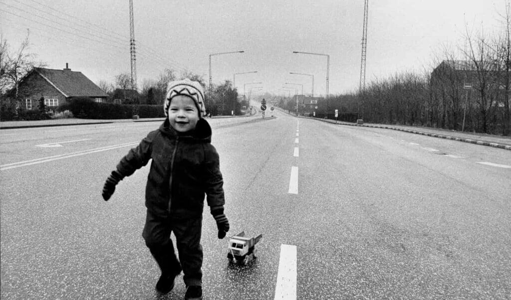 Sådan kunne man færdes trygt på selv store veje under oliekrisen, hvor der indført bilfrie søndage i hele landet. Her på Grenåvej i 1973.  ( JydskeVestkysten)