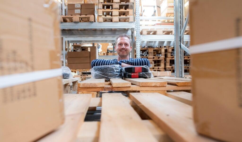 På lageret i webshoppen Muskelzone er 70 procent af varerne udsolgt, fortæller ejer Nikolaj Kongerslev.    (Tim Riediger)