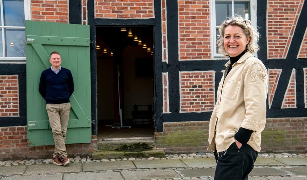 Store smil foran Fødevarehuset. Jesper Monsrud er daglig leder af det kommende Fødevarehuset - Vores Marsk, mens Pia Thomsen er aktivitetsansvarlig. Fødevarehuset holder til i det gamle pakhus på Allégade 15 i Tønder og har planlagt åbning den 4. juni.   ( Ulrik Pedersen, JydskeVestkysten)
