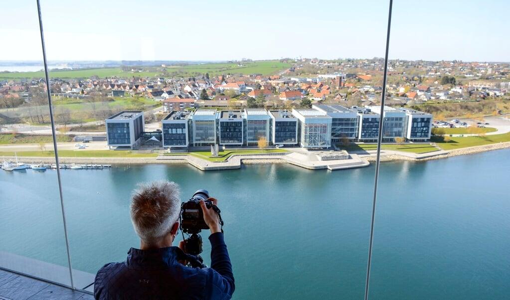 Fra Alsik Hotel har man en formidabel udsigt over Alssund. Her et vue mod Alsion, der huser en koncertsal og Syddansk Universitet.   ( Hans Christian Davidsen)