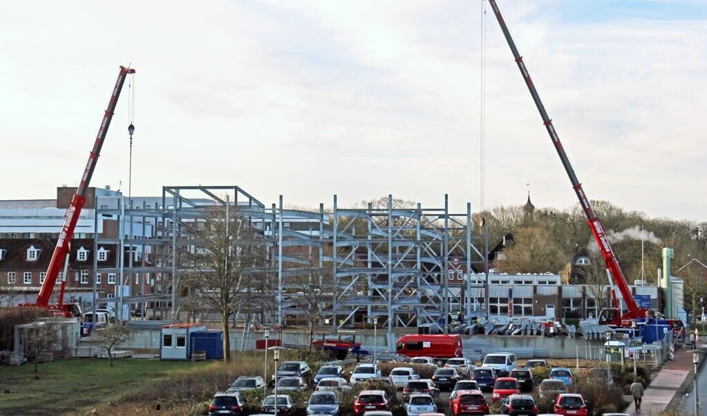 Das Parkhaus an der Klinik in Husum nimmt Gestalt an.   (Klinikum NF)