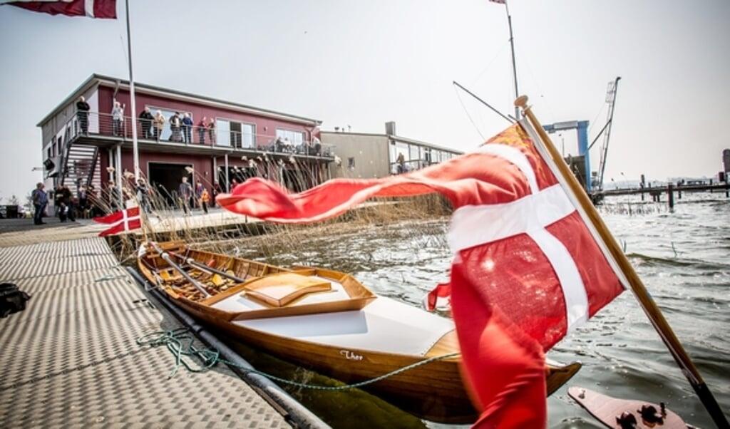 Slesvig Roklub bruger danske flag, når de fejrer startskuddet på den nye sæson. Der tales udelukkende dansk blandt de unge og der gives danskundervisning til medlemmer, der ikke kan tale dansk.    (Sebastian Iwersen)