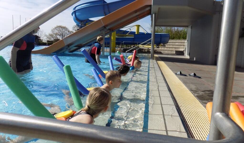 Schwimm-Kurse für Kinder gehören auch in Pandemie-Zeiten zu den wichtigsten Angeboten in den Freibädern der Region. Archivfoto:  (Tarp Børnehave)