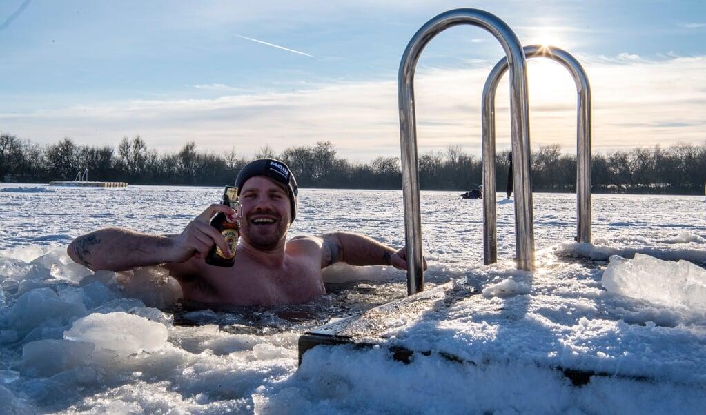 Lennart Adam nøjes ikke med at skrive om vinterbadning - han prøver det. Og typisk for Lennart giver han det med en håndbajer lidt ekstra kolorit til ære for fotografen.  (Arkivfoto: Kira Kutscher)