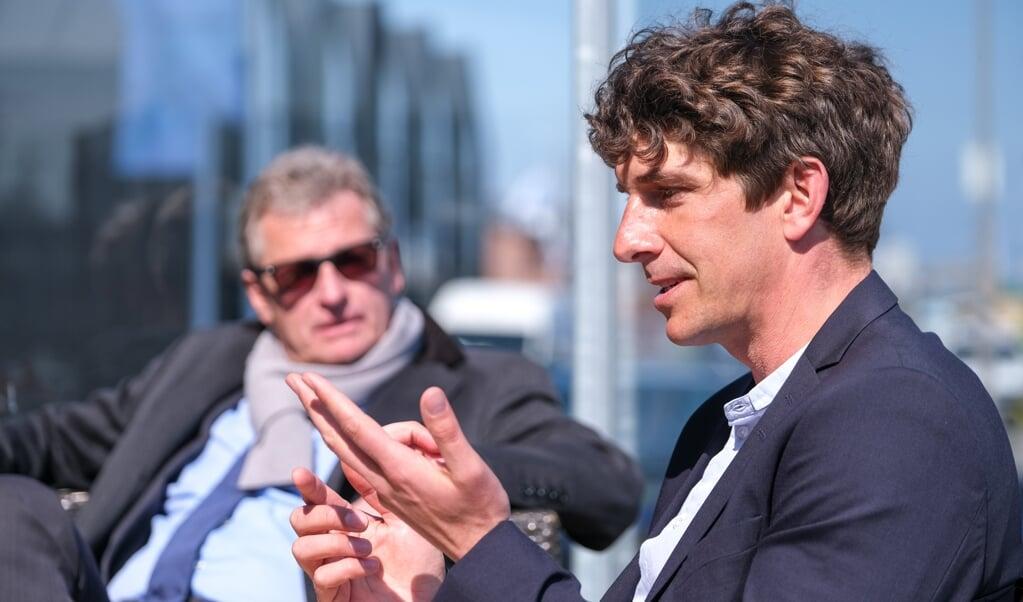 Bo Teichmann nimmt mit seinem Hotel »Pierspeicher« in Kappeln an dem Modellprojekt Schleiregion teil. Minister Bernd Buchholz (im Hintergrund) erkundigte sich vor Ort über die Lage der Branche.   (Sebastian Iwersen)