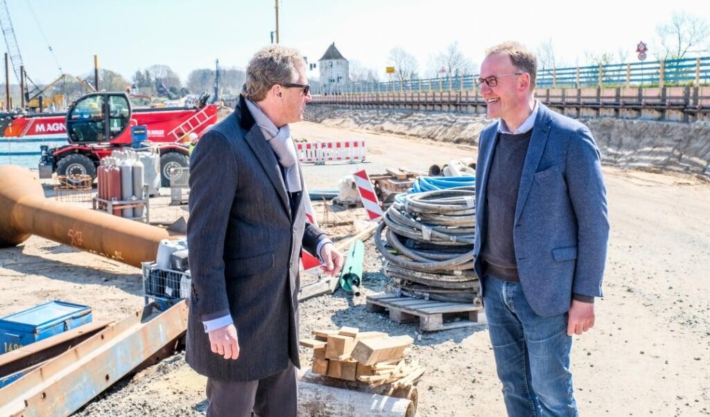 Verkehrsminister Bernd Buchholz (l.) kam beim Lokaltermin an der Brücke in Lindaunis mit Amtsvorsteher Thomas Detlefsen zusammen.   (Sebastian Iwersen)