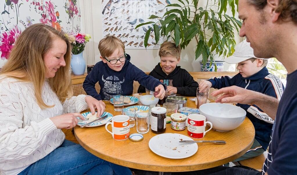 Familien Meyer zu Schwabedissen nyder weekendernes morgenmad. En del af ritualet er, at storebor Fiete henter rundstykker til alle.  ( Lars Salomonsen)