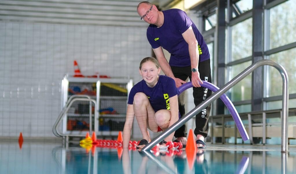 Claas Thieme und Saskia Genske freuen sich darüber, dass es mit der Schwimm-Ausbildung in der Schwimmhalle Jarplund endlich wieder losgeht.    (Sven Geißler)