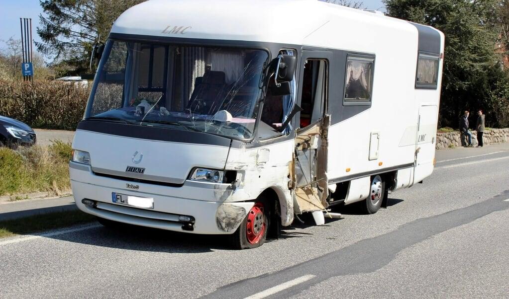 De involverede slap heldigt fra sammenstødet. To personer i en Volkswagen Golf fik lettere kvæstelser, chaufføren i autocamperen slap uskadt.  ( nordpresse)