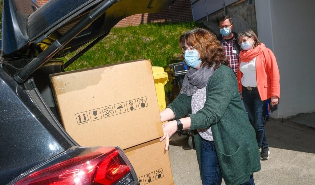 Marianne Rautenstrauch fra Skoleforeningen hentede testene i Impfzentrum. I baggrunden ses Thomas Kuchel (Impfzentrum) og afdelingsleder Ellen Kittel fra rådhuset.   (Sven Geißler)