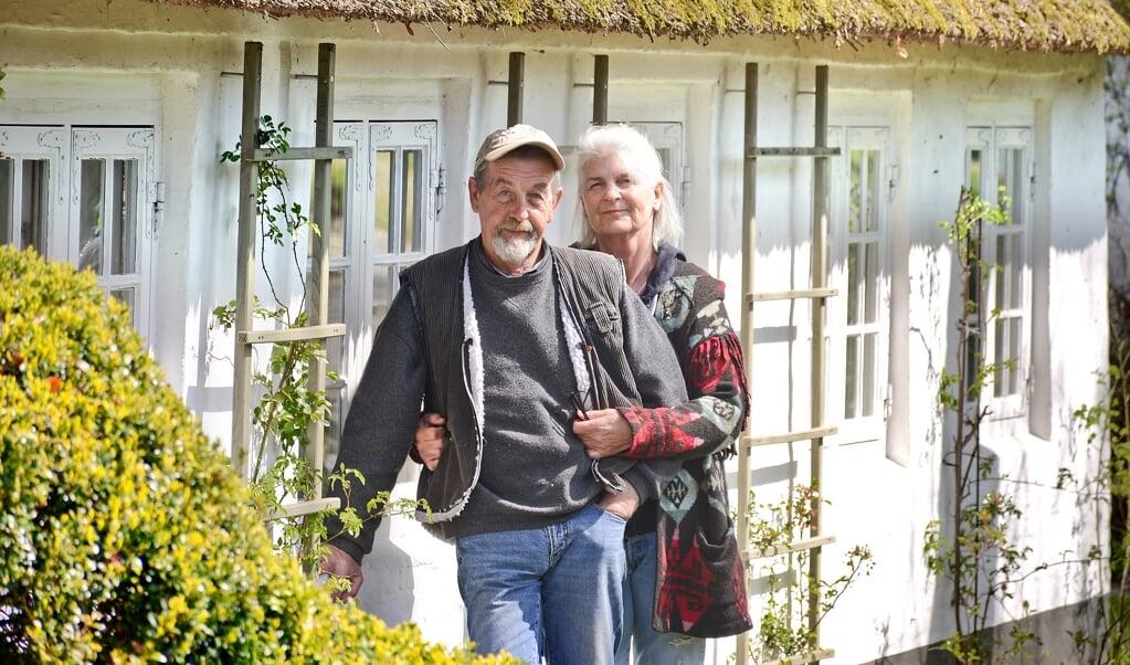 Det er ikke til at se det, hvis man ikke lige ved det: Michael Krebs og Gitti Drolshagen står foran et hus, som de fleste ikke ville vide af for 47 år siden.   (Hans Christian Davidsen)