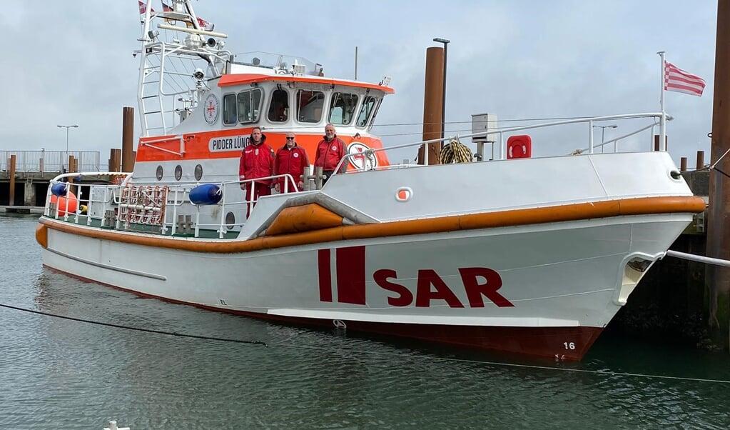 Seenotretter Christopher Kölln (l-r), Holger Speck und Gerhard Reinfeld freuen sich am Ostersonntag an Bord des Seenotrettungskreuzers «Pidder Lüng», dass die junge Mutter und ihr Baby nach der Geburt auf dem Schiff wohlauf sind.   ( DGzRS/dpa)
