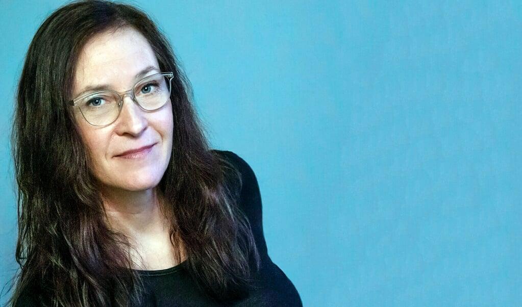 Christine Bojsen Træden tager læseren med ind i hovederne på 11 kvinder, der står i kø i en forretning på Strøget i København. De 11 kvinder er vidne til den samme begivenhed, men deres opfattelser er vidt forskellige.   (Forlaget Brændpunkt)