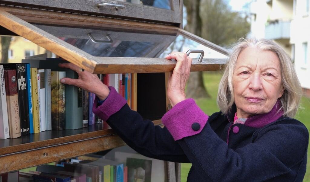 Barbara Pütter vom Lions Club Flensburg-Alexandra sorgt dafür, dass der Bücherschrank in Mürwik immer gut sortiert ist.  ( Heiko Thomsen)