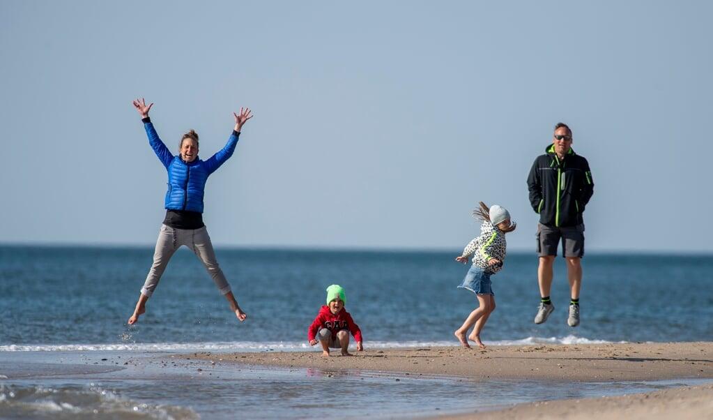 De spræller, de løber, de dyrker triathlon og nyder livet på Sild. Katharina og Kai Thielebein med deres børn Tilda på syv og Mikkel på fire år.   ( Tim Riediger)