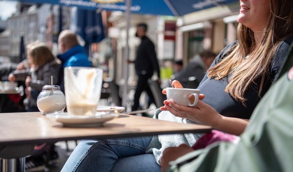 Fra i dag må caféer og restauranter i Flensborg og resten af Slesvig-Holsten også åbne for indendørsservering med maks fem personer per bord. Udendørs må der godt sidde op til ti personer ved et bord.  ( Kira Kutscher)
