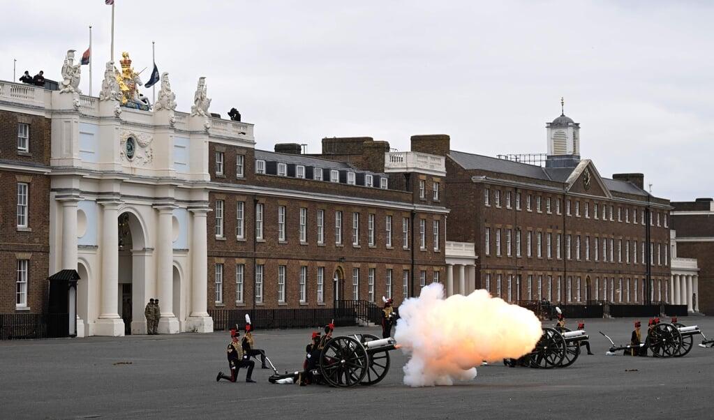Den afdøde prins Philip blev lørdag hyldet med blandt andet kanonsalutter forskellige steder i Storbritannien - her ved Parade Ground, Woolwich Barracks i det centrale London.   (Daniel Leal-Olivas/Ritzau Scanpix)