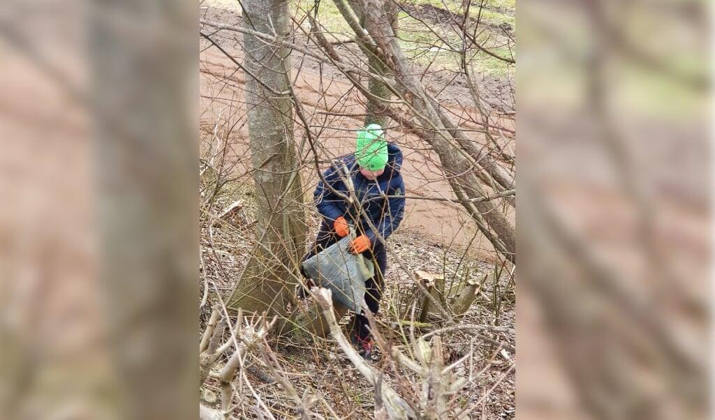 11-årige Søren i gang med at samle affald. Det blev til rigtig meget...  (Privatfoto)