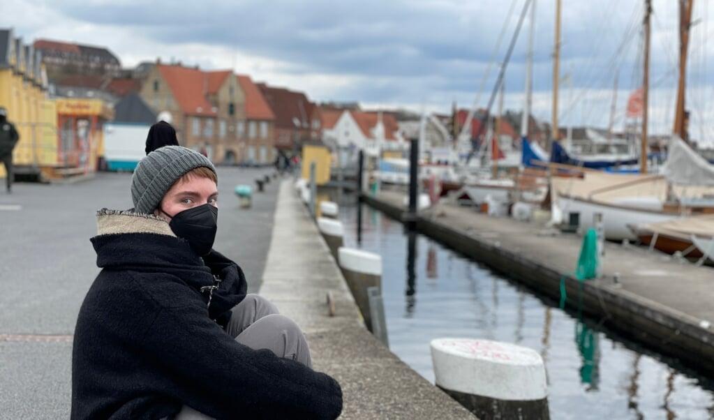 Martina Bossi er studerende i Flensborg, og sidste sommer tilbragte hun meget tid med et glas vin og venner her på kajen, når vejret var godt. Fra i dag og to uger frem er det ikke længere tilladt ved havnen.   ( Jade Wittenkamp)