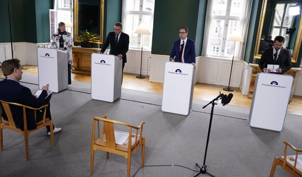 - Vi er lykkedes med at holde smittetallet nede og økonomien oppe, og derfor står Danmark et stærkere sted end landene omkring os, siger Danmarks finansminister Nicolai Wammen (S) på et pressemøde.  (Liselotte Sabroe/Ritzau Scanpix)