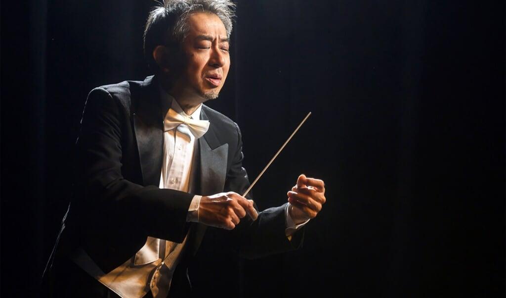 Kimbo Ishii har et livligt og tydeligt kropssprog, og udstråler energi, der giver en god kontakt til orkesteret.   (Henrik Matzen)