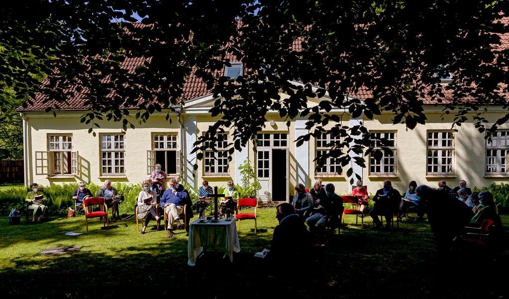 Årsmødet i Valsbøl bød på en gudstjeneste med Viggo Jacobsen i Valsbølhus' have. Jens A Christiansen holdt årsmødetalen.    (Lars Salomonsen)