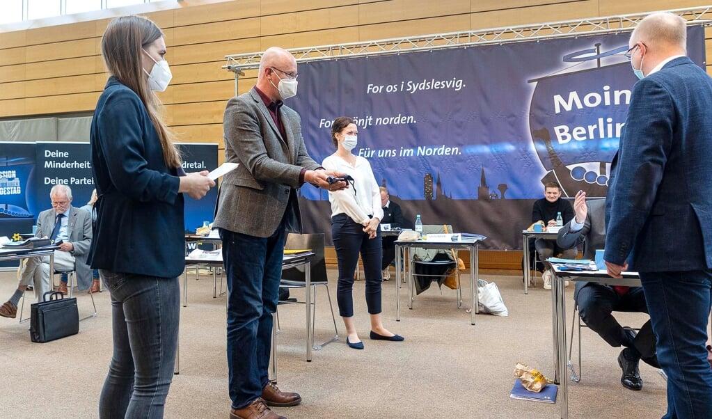 På SSWs landsmøde på A.P. Møller Skolen den 8. maj 2021 skulle det afgøres, hvem der skulle være partiets spidskandidat. Valget stod imellem Maylis Roßberg (tv.) Sybilla Nietsch (m.) og Stefan Seidler (th. med ryggen til).    (Lars Salomonsen)