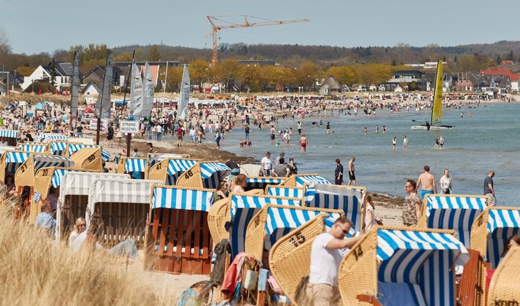 Tausende Menschen genießen den Strand, wenn es in Schleswig-Holstein warm und sonnig ist. Vom kommenden Montag an dürfen Urlauber unter strengen Auflagen wieder in ganz Schleswig-Holstein Ferien machen. Auch weitere Bestimmungen werden gelockert.    (Georg Wendt, dpa-Archiv)