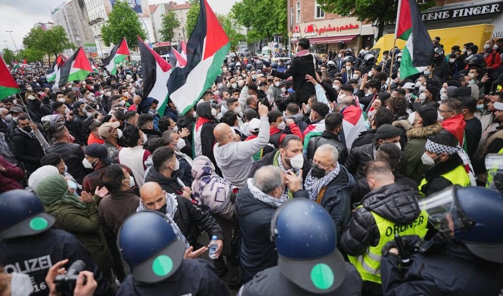 Godt 3500 demonstranter gik på gaden i Berlin for at vise solidaritet med Palæstina.   ( Michael Kappeler/dpa)