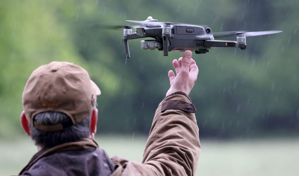 Landmænd bruger varmesøgende kameraer på droner for at finde rålam, som putter sig i græsmarkederne, der skal slås.  ( dpa)
