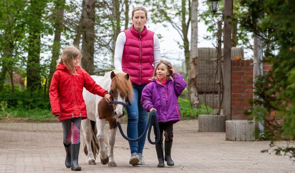 Familien Hansen fra Sporskifte; Katrien, Cecilie og Valerie med nusse-pleje-pony Susie. Katrien taler også flamsk med døtrene.  ( Kira Kutscher)
