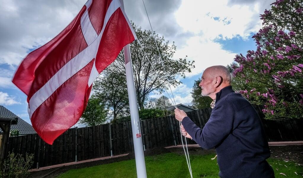 Hans Werner Clausen er blevet efter mange års venten dansk statsborger - og fik lavet sit første dannebrog.  ( Sebastian Iwersen)