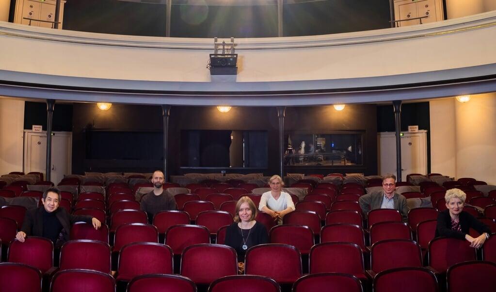 Lederteamet på Schleswig-Holsteinisches Landestheater. Fra venstre er det Kimbo Ishii (generalmusikdirektør), Emil Wedervang Bruland (balletchef), Dr. Ute Lemm (generaldirektør), Sonja Langmack (dukketeater), Martin Apelt (skuespilchef) og Kornelia Repschläger (operachef).   (Tilman Koeneke)