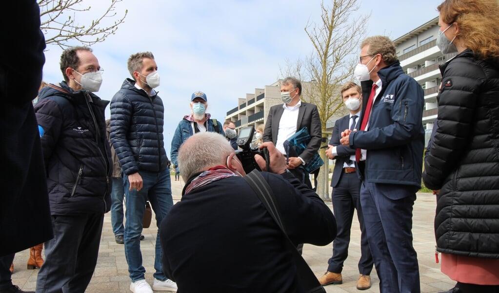 Slesvig-Holstens erhvervs- og turismeminister Bernd Buchholz (med det røde slips) lytter nysgerrigt til, hvordan Tobias Lagmöller, administrerende direktør for rederiet Adler-Schiffe, har skabt en effektiv app og en lille håndfuld af lyntest-centre i Nordfrisland med kollegaen Andre Cardell.   (Cenia Bahnsen)