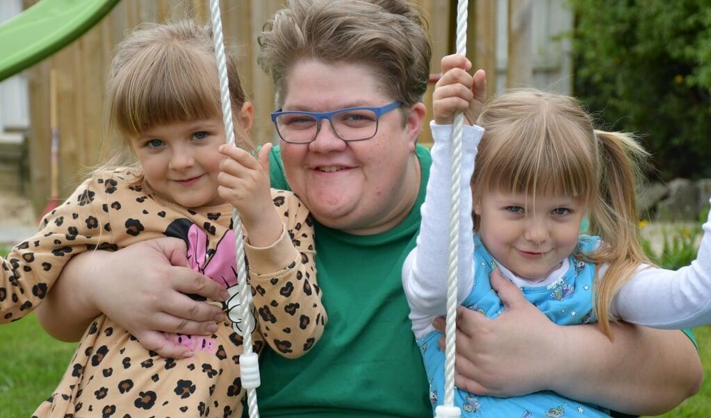 Heidi Hansen håber, at hun kan tage sine to døtre Julie (til venstre) og Josefine med på sommerferie gennem Dansk Folkehjælps Feriehjælp.  Frederik Brogaard Frederik Brogaard  (Jysk-Fynske medier)