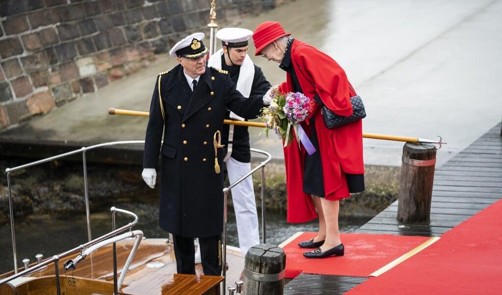 Dronning Margrethe går om bord på båden, der skal bringe hende ud til Kongeskibet. (Arkivfoto)  (Emil Helms/Ritzau Scanpix)