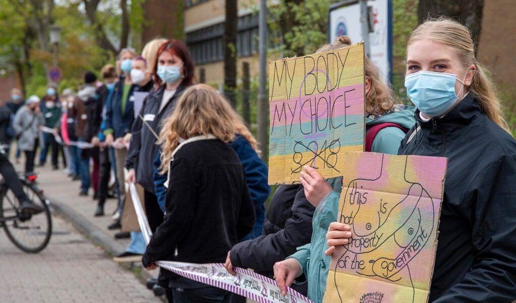 Kvindeorganisationer arrangerede lørdag demonstrationer i 40 byer i hele Tyskland imod, at abort stadig er strafbart i straffeloven. I Flensborg er det ekstra aktuelt på grund af sygehusfusionen mellem Diako og Franziskus og deraf følgende fravær af abortmuligheder Fotos:   (Tim Riediger)
