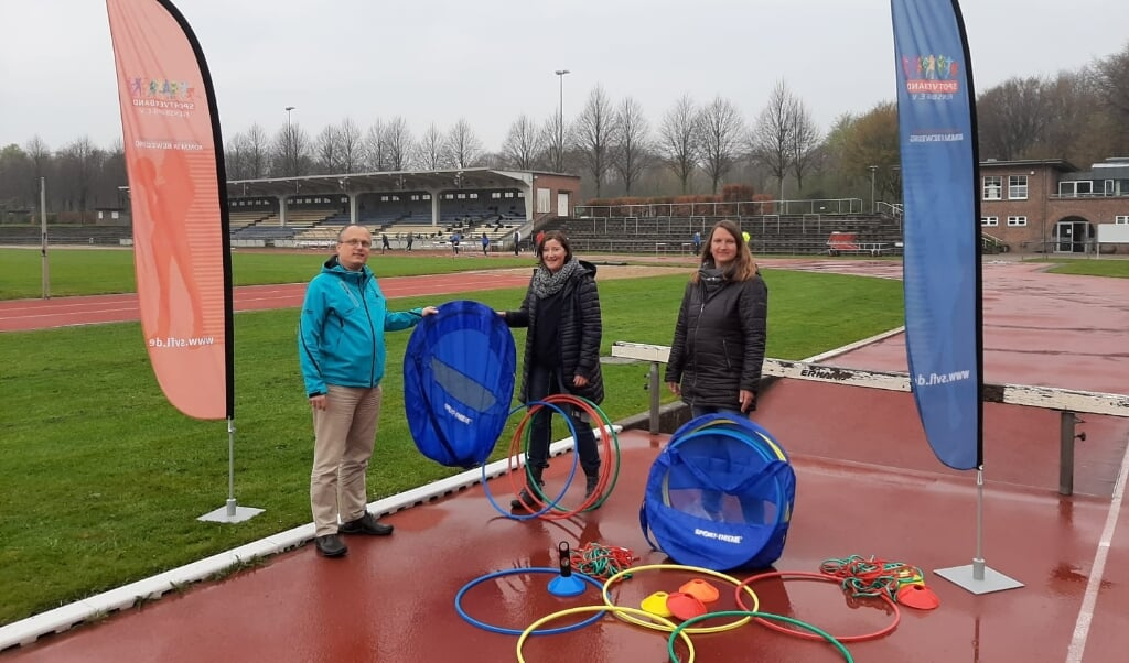 Engagement für den olympischen Nachwuchs von morgen: v.l. Frank Agerholm übergibt die Starterpakete an Viola Jöns und Maike Stibi.  ( Hanno Reese)