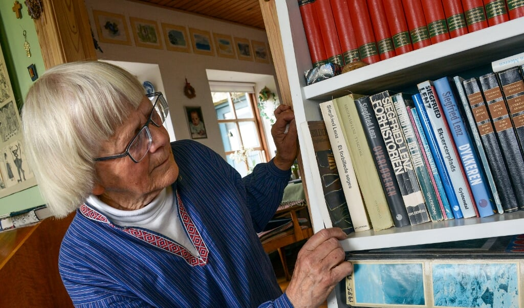 - Hovsa, der mangler nogle af Lenz' romaner. Jeg må have lånt dem ud og ikke fået dem tilbage igen, siger Birgit Christensen.  ()