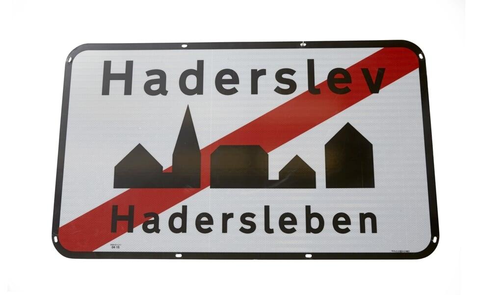 Det tosprogede byskilt blev sat op i Haderslev i 2015 men næsten ligeså hurtigt pillet ned igen. Fotos:  (Museum Sønderjylland)