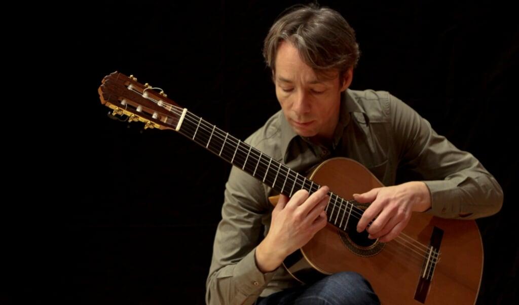 Jesper Sivebæk har en omfattende koncertvirksomhed i ind- og udland som solist og kammermusiker.   (PR)