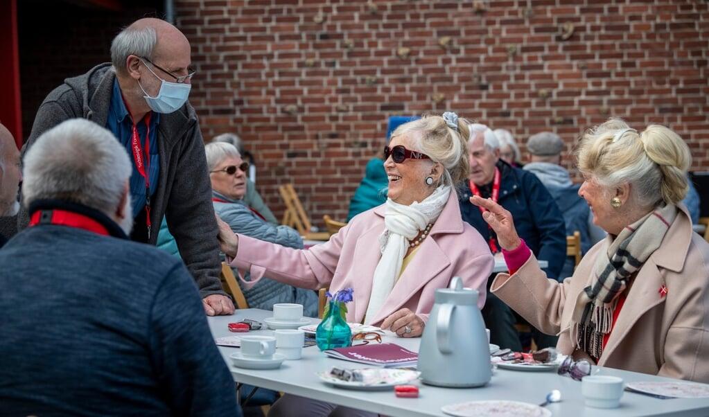 De 44 deltagere til årsmødet i Tønning var enige om, at møderne havde været enormt savnet. Her er det søstrene Sigrid Wowra (til venstre) og Gönna Sprenger, der taler med Horst-Werner Knüppel.  ( Martin Ziemer)