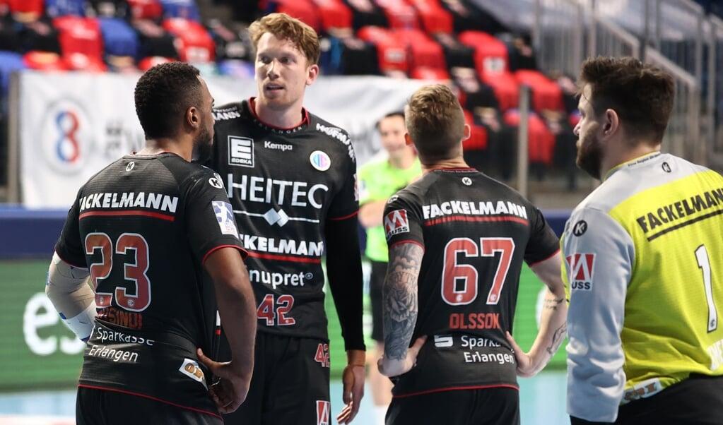 Simon Jeppsson (2. v.li.) läuft erstmals nach seinem Wechsel nach Erlangen wieder in der Flens-Arena auf. Letzte Saison war er beim Gastspiel im hohen Norden verletzt.  ( dpa)
