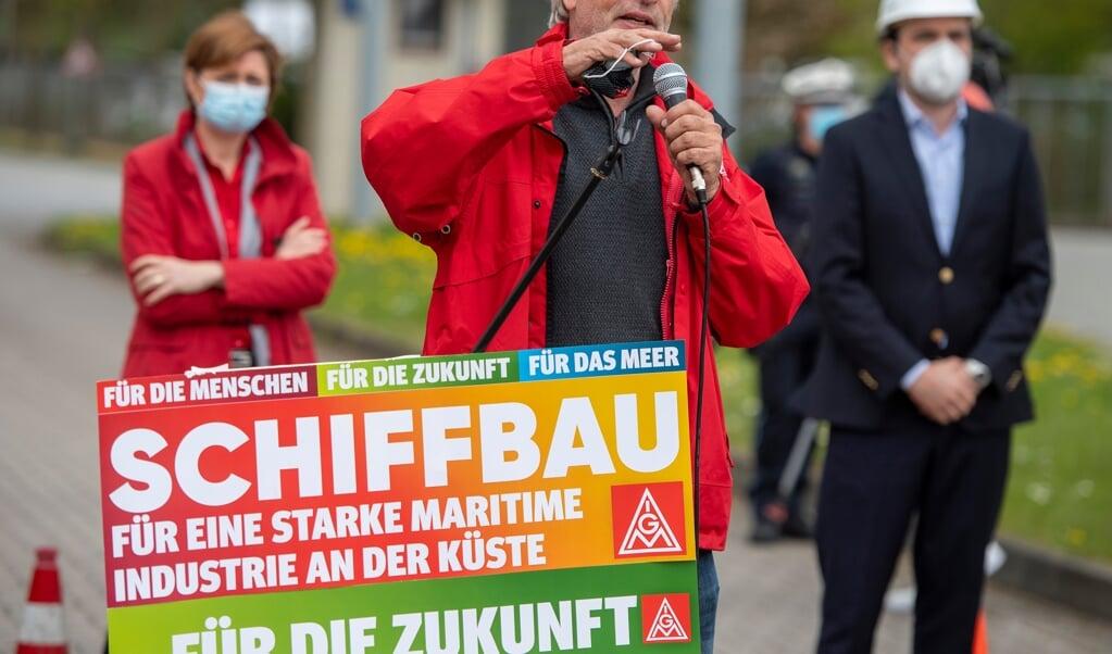 Politik und Gewerkschaft, hier IG-Metal-Geschäftsführer in Flensburg, Michael Schmidt, hatten dafür gekämpft, dass ein Auftrag der Deutschen Marine auch der Werft nach Flensburg kommt.  (Archivfoto: Tim Riediger)