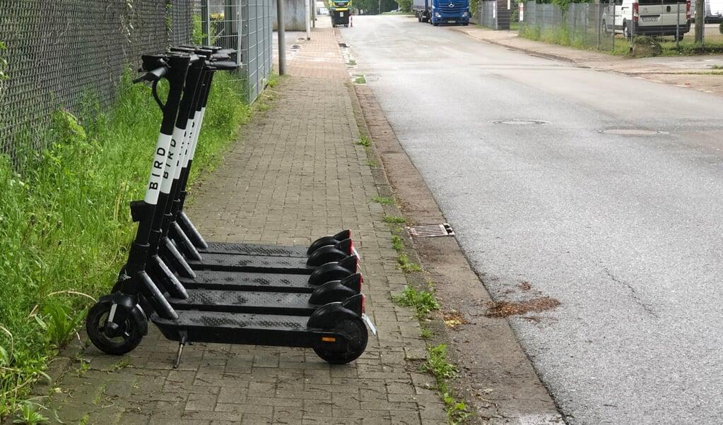 Når elløbehjul bliver parkeret på tværs af fortovene, bliver det svært for andre at komme forbi.   (Daniel Dürkop)
