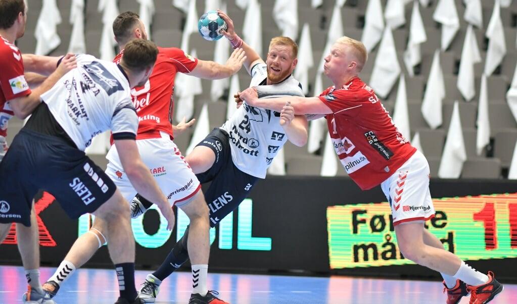 SG Flensburg-Handewitts offensiv omkring spilstyrer Jim Gottfridsson (med bold) havde svært ved at knække Aalborg Håndbolds forsvar.  ( Tim Riediger)