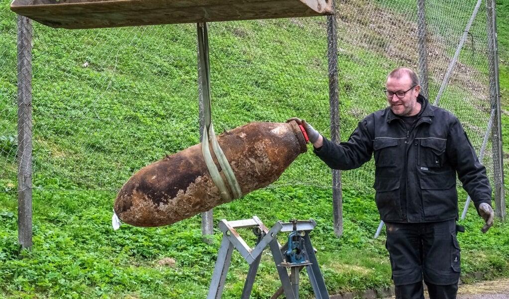 Hans-Jörg Kinsky har arbejdet som bomberydder i 28 år for kriminalpolitiet i Slesvig-Holsten. På billedet er han ved at gøre den uskadeliggjorte bombe klar til afsendelse til Munster, hvor sprængstoffet skal tilintetgøres.   (Sebastian Iwersen)