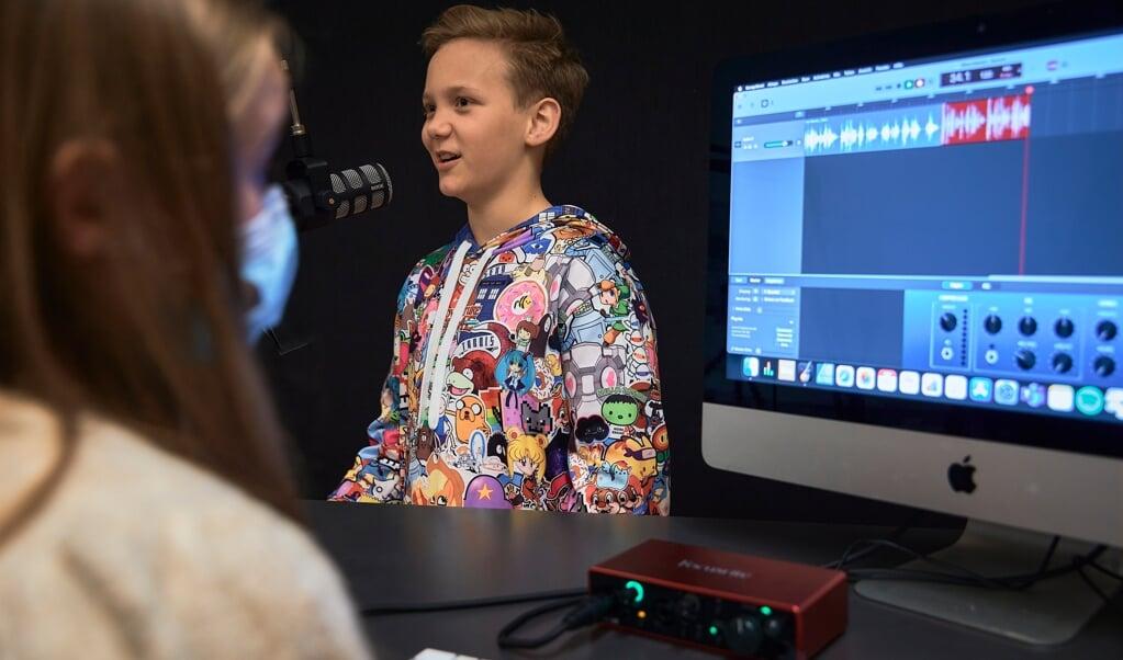 Der bliver planlagt, optaget, redigeret og nu udsendt på bl.a. Flensborg Avis og på Spotify. Jonas står bag mikrofonen på billedet her.  ( privat)